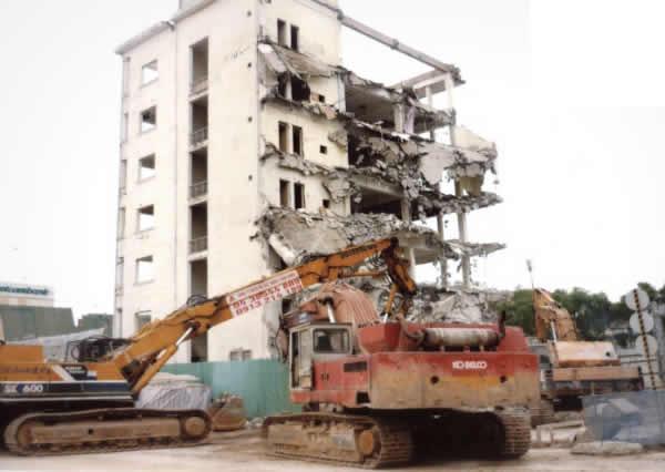 Phá dỡ công trình, nhà cửa
